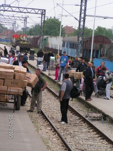 Romanian traders from Timişoara carrying bags of merchandise at Pančevo railway station, Serbia (2005). Photo by Cosmin Radu.